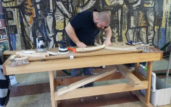 Stadler Bence épp az épületasztalos vizsgafeladaton dolgozik