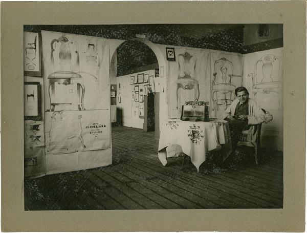 Kaesz Gyula az Iparművészeti iskola bútortervező szakos hallgatóinak kiállításán