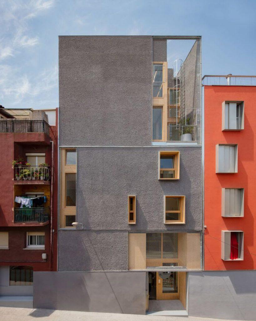 Ifjúsági központ Spanyolországban: élénk színek, markáns felületek és fa